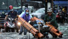 Người dân TP.Thủ Đức bì bõm lội nước sau cơn mưa lớn