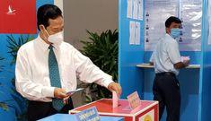 Hình ảnh nguyên Thủ tướng Nguyễn Tấn Dũng đi bầu cử