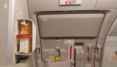 Hai hành khách bị cấm bay vì mở cửa thoát hiểm, hút thuốc trong nhà vệ sinh