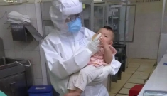 Em bé mắc COVID-19 bú sữa bình trong lòng nữ bác sĩ khiến nhiều người rơi lệ