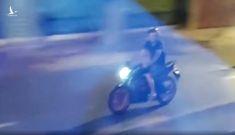 Vợ đi cách ly, chồng quệt nước mắt chạy xe máy đuổi theo tiễn