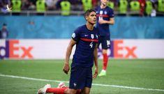 Cái khụy gối của Varane phơi bày sự thật về tuyển Pháp