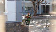 Chiến sĩ công an kết hoa phượng tặng nữ sinh thi THPT quốc gia