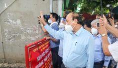 Chủ tịch nước Nguyễn Xuân Phúc thăm người dân khu phong tỏa tại Hóc Môn
