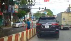 Tài xế thản nhiên dừng ô tô tại ngã tư rồi… đi giao hàng