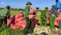 Chiến sĩ công an sáng trực chốt phòng dịch, chiều gặt lúa giúp dân