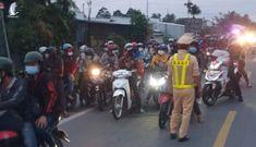 Hàng trăm người từ TP.HCM đi xe máy về quê, lãnh đạo địa phương nói gì?