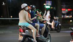Bất chấp nguy hiểm, người Hà Nội vẫn đi chơi Trung thu như chưa từng có dịch