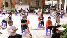 Người dân Hà Nội ngồi giãn cách chờ tiêm vắc-xin Sinopharm
