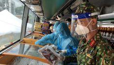 Bộ đội, tình nguyện viên đi chợ hộ tại khu vực giãn dân