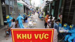 Người dân xếp hàng dài xét nghiệm Covid-19 ở Đà Nẵng