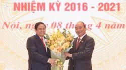 Chủ tịch nước Nguyễn Xuân Phúc bàn giao công việc cho Thủ tướng Phạm Minh Chính
