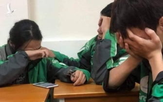 Xôn xao câu chuyện 3 sinh viên áo xe ôm công nghệ ngồi khóc cuối lớp vì gia đình miền Trung không có tiền đóng học
