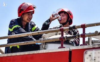 Lao vào đám cháy, nhường bình dưỡng khí cứu người mắc kẹt