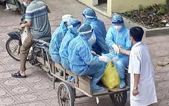 Xúc động bức ảnh nhân viên y tế đi xe ba gác vào vùng dịch